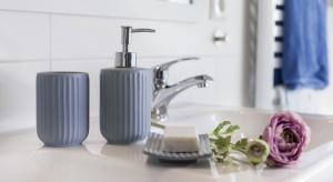 Akcesoria, takie jak mydelniczki, dozowniki, kubki są niezbędne w każdej łazience, ozdabiają wnętrze i podkreślają styl aranżacji. Mają jeszcze tę zaletę, że są niedrogie, więc bez truduwymienimy je na nowe.