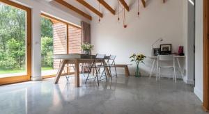 Simple House to koncepcja dostępnych, gotowych, energooszczędnych domów drewnianych, której pomysłodawcą i głównym projektantem jest architekt Jakub Szczęsny. Obok modułowej konstrukcji wyróżnia je prosta forma i wykorzystanie nowoczesnych roz