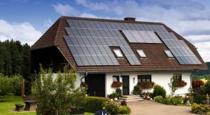 Jak sprawić, by nasz dom zużywał mniej energii? Warto zadbać o ocieplenie ścian, odpowiednie oświetlenie, okna i ich osłony. Najlepiej już teraz, przed rozpoczęciem sezonu grzewczego. Pozwoli to zaoszczędzić na rachunkach za ogrzewanie.