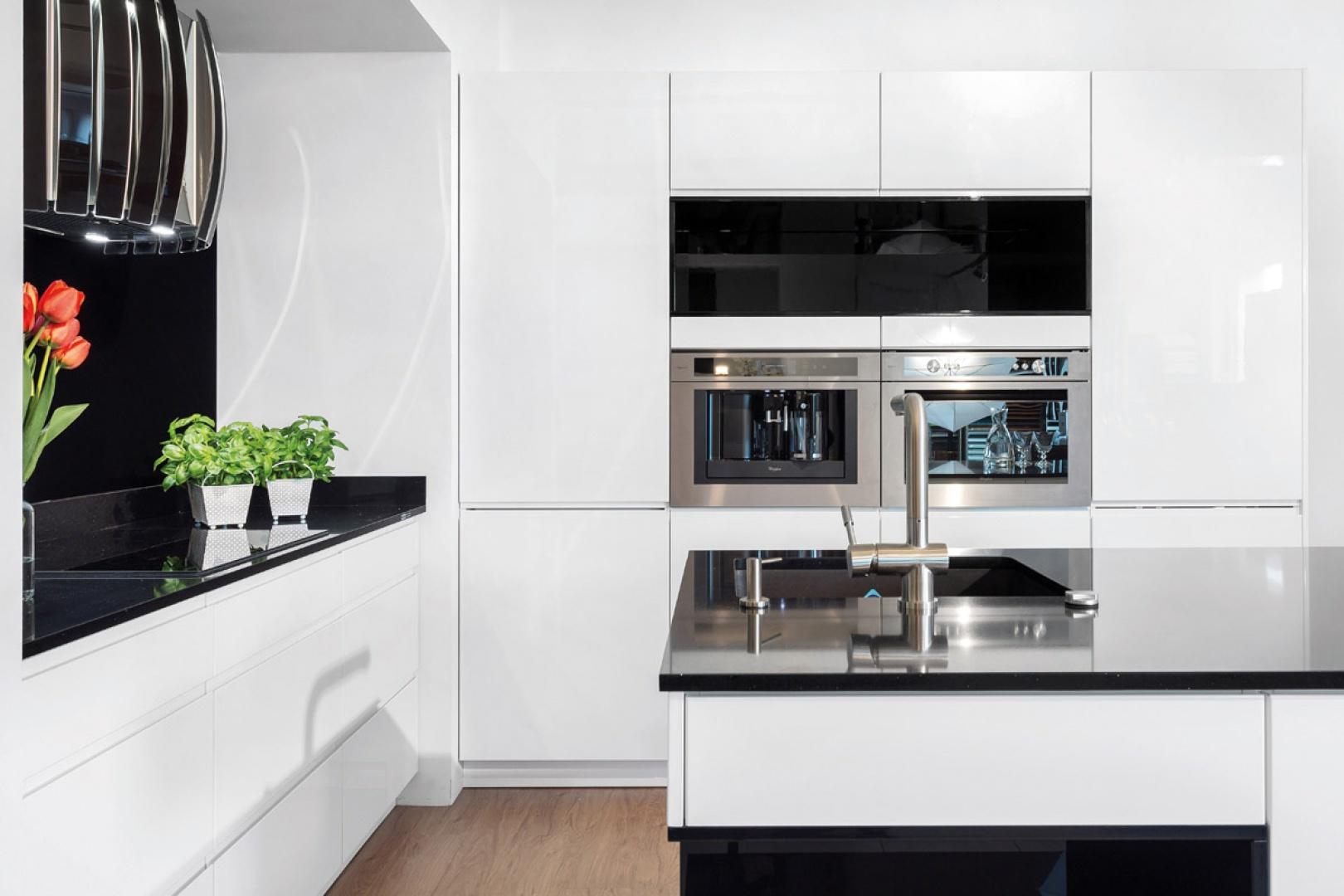 Biała kuchnia Fot Studio Piękna biała kuchnia   -> Kuchnia Bialo Czarna Jaki Blat