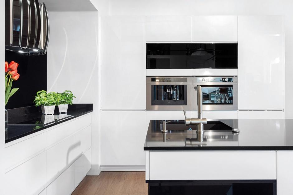 Biała kuchnia Fot Studio Piękna biała kuchnia – jaki blat wybrać? -> Biala Kuchnia Drewniany Blat Jakie Plytki