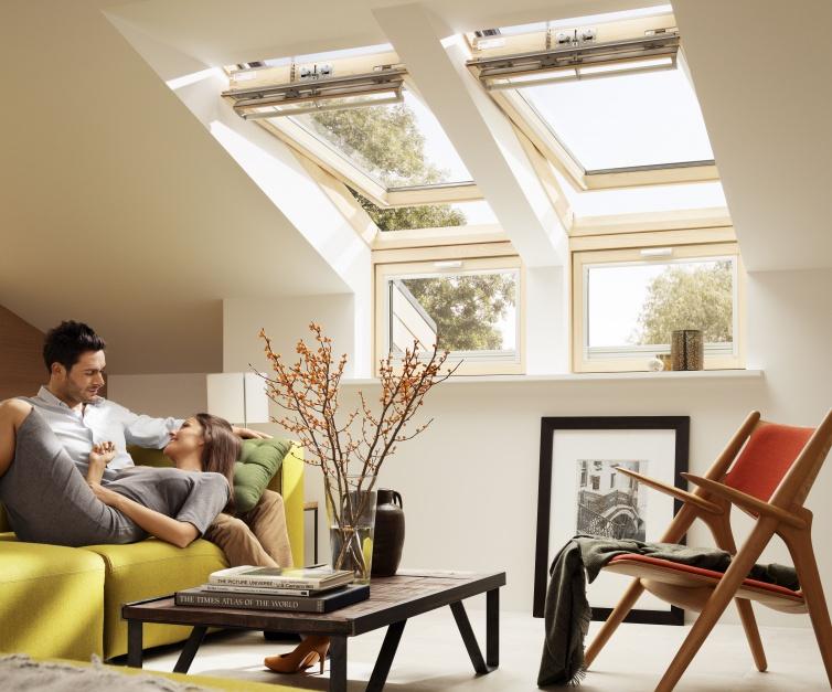 Okno kolankowe VELUX VFE to idealne rozwiązanie na poddasze z wysoką ścianką kolankową. Wykonane z drewna sosnowego impregnowanego i lakierowanego, standardowo wyposażone w energooszczędną szybę bezpieczną klejoną. W połączeniu z oknem dachowym zapewnia doskonałą widoczność. Fot. Velux