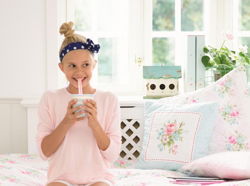 Sypialnia usłana różami: kwiatowy wzór i stylistyka retro to motyw przewodni kolekcji tekstyliów MARIE; do wyboru poduszki i kołdry w pastelowych kolorach. Fot. Greengate