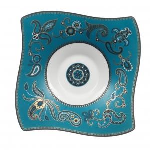 Porcelana z orientalnej kolekcji SAMARAH TURQUOISE jest bogato zdobiona złotymi ornamentami, które w połączeniu z intensywnym turkusowym kolorem jeszcze mocniej podkreślają egzotyczny charakter kolekcji. 399 zł/talerz sałatkowy (24x24 cm), 199 zł /talerzyk na dipy (14x14 cm). Fot. Villeroy&Boch