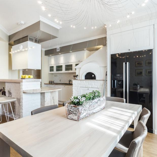 Jasny stół w kuchni – hit czy kit?