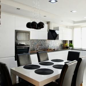 Jasny stół w kuchni. Fot. Meble Vente/ Max Kuchnie