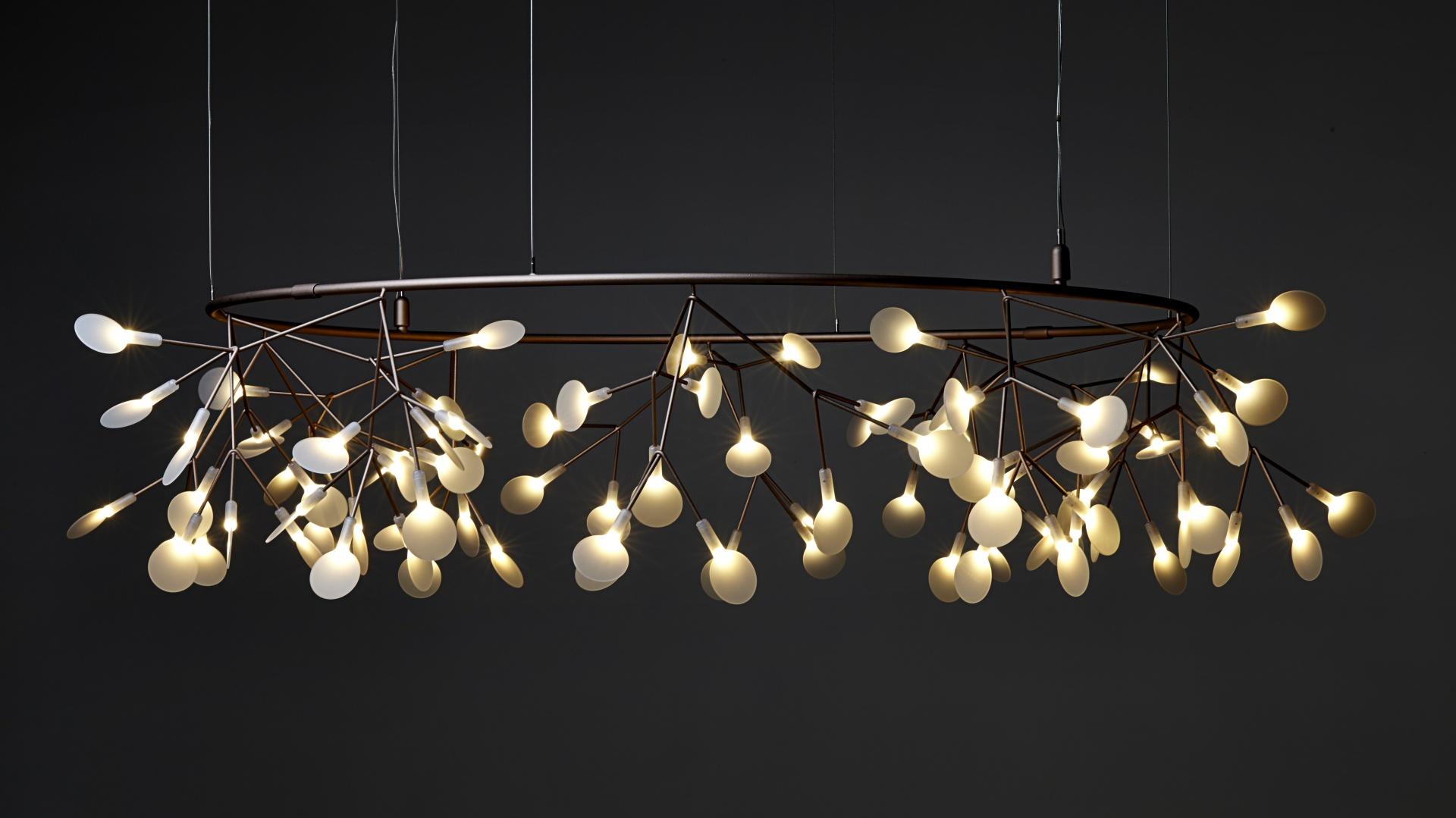 Lampa HERACLEUM (proj. Bertjan Pot) to śmiała i nowoczesna interpretacja natury. Białe listki tworzą techniczną strukturę rośliny – delikatną i lekką; śred. 160 cm (w wersji Smal Big O). Fot. Moooi