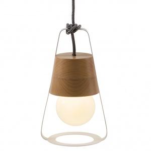 Lampa LATARNIA (proj. Kinga Chmielarz) może stać na stoliku, leżeć na podłodze, zwisać z sufitu; z łatwością można przenosić ją z miejsca na miejsce. Wykonana z drewna bukowego, mosiądzu oraz stali, wisi na kablu tekstylnym. Fot. Hop Design