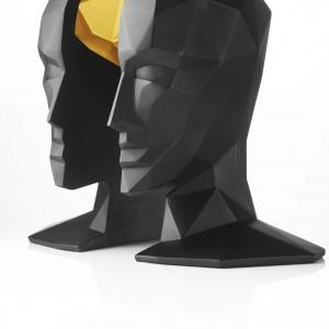 Oryginalna podpórka do książek KNOWLEDGE IN THE BRAIN (proj. Karim Rashid) ma kształt... głowy podzielonej na dwie części, pomiędzy którymi umieszcza się książki. 907 zł. Fot. Menu
