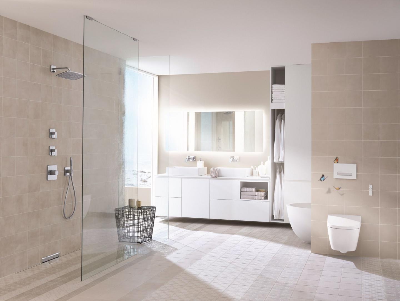 System GEBERIT DUOFRESH to sposób na zachowanie świeżości w łazience. Filtr z aktywnym węglem ukryty wewnątrz spłuczki zapewnia dokładne oczyszczenie powietrza przed dostarczeniem go z powrotem do pomieszczenia, eliminuje nieprzyjemne zapachy bezpośrednio w misce WC. Cena w zależności od partnera handlowego. Fot. Geberit