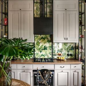 Dzięki dębowym kasetonom, kuchnia przypomina bardziej mały salon lub jadalnię. Projekt: Marta Chrapka, Zdjęcia: Rafał Lipski