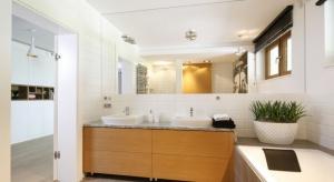 Polacy lubią jasne łazienki, ponieważ dzięki jasnym kolorom wnętrze wydaje się większe i bardziej przestronne.Chcąc zapobiec wrażeniu chłodnego pomieszczeniai nadać naszej jasnej łazience przytulniejszy wyraz, warto sięgnąć po elementy