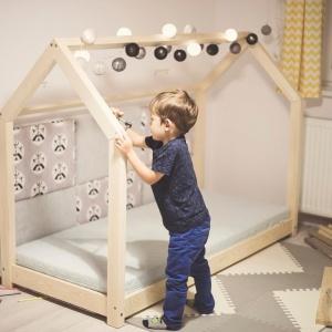 Drewniane łóżko dziecięce w kształcie domku, cena 819 zł. Fot. Bonami.pl