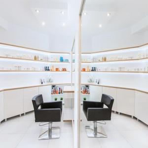 Wnętrze salonu fryzjerskiego w Żorach. Fot. Kolektyw Musk.