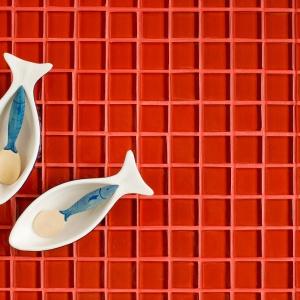 Szklane mozaiki z serii GLASS MIX DD4 189 w intensywnych barwach inspirują do odważnych zestawień; oferowane w plastrach 30x30 cm. Fot. Dunin
