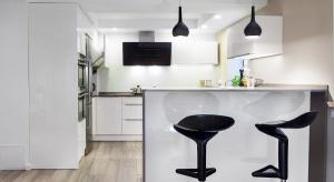 Panele podłogowe w kuchni nadal są mało popularne. Mimo dostępności szerokiej gamy kolorów, które pozwalają tworzyć ciekawe i nowoczesne aranżacje wciąż boimy się zdecydować na panele w kuchni. Dlaczego?