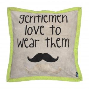 Poduszka dekoracyjna GENTLEMEN jest wykonana z płótna żaglowego pozyskanego w procesie recyclingu; zabawna aplikacja przypomina o modzie na wąsy.139 zł. Fot. HK Living