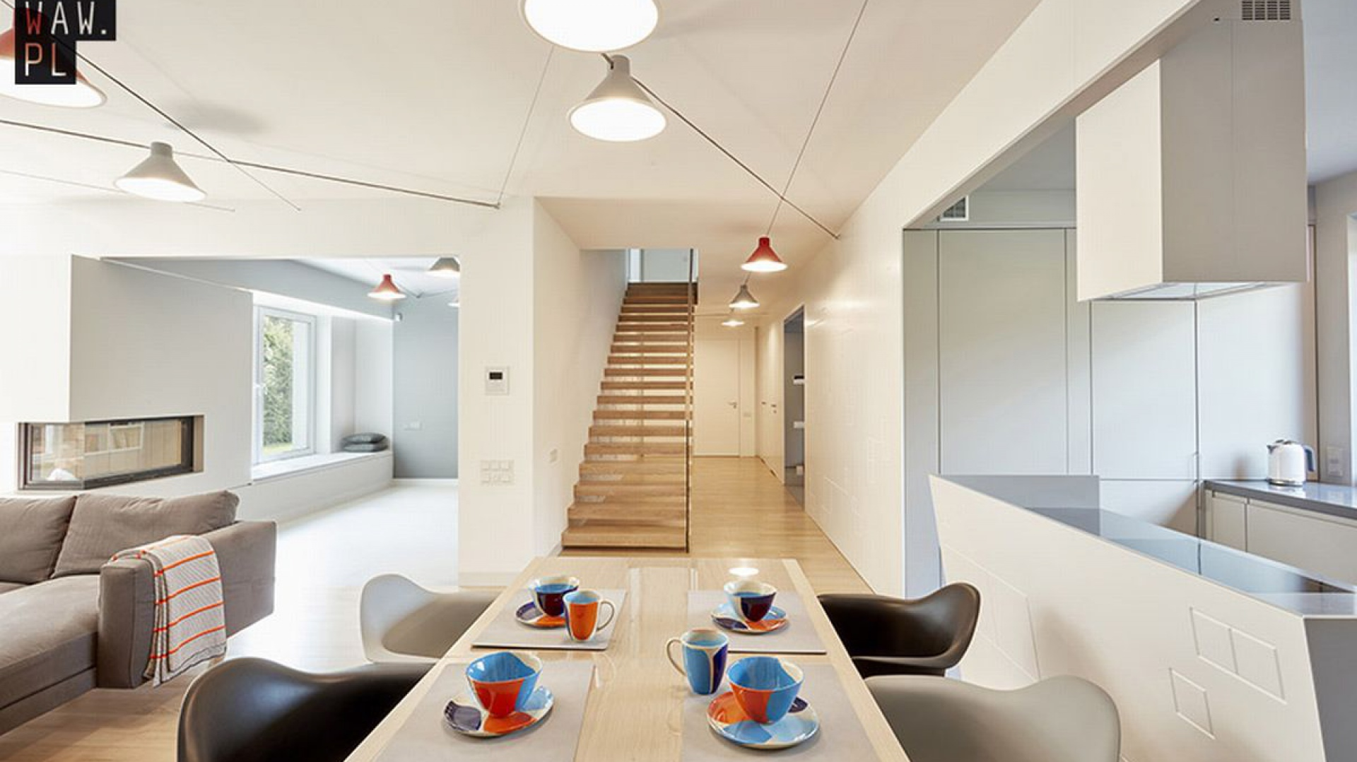 Głównym elementem części dziennej, czyli parteru, jest drewniana posadzka oraz drewniane schody wspornikowe montowane w ścianie, co sprawia, że są bardzo lekkie. Fot. 81.waw.pl
