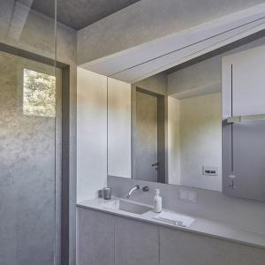 Białe elementy w łazience to umywalka, strefa WC i prysznic. Fot. 81.waw.pl