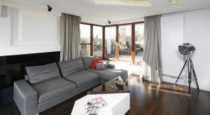 Szara kanapa to mebel, który bardzo często gości w naszych domach. Zobaczcie jak pięknie się w nich prezentuje.