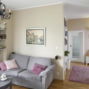 Niewielka, dwuosobowa sofa dosknale sprawdzi się w małym salonie. Projekt: Joanna Morkowska-Saj. Fot. Bartosz Jarosz