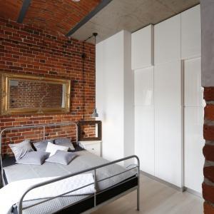 Sypialnia w lofcie z oryginlną, odresturowaną cegłą na ścianch. Projekt: Tomasz Jasiński. Fot. Bartosz Jarosz