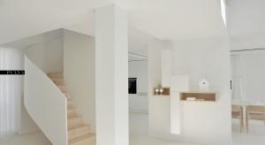 Dom w Wolsztynie to 190 m2 przestrzeni, w której dominuje skromność, czystość oraz pozytywne emocje. Wszystko to zostało zawarte w czystości bieli i delikatności drewna.