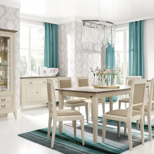 Meble z kolekcji Rosa tworzą przytulny klimat francuskiej Prowansji. Uwagę zwraca zarówno ciepłe, jasnobeżowe wybarwienie drewna dębowego, zgrabne, wysokie nóżki oraz subtelną kwiatowa aplikacja. 2.590 zł/stół, 650 zł/krzesło, 4.490 zł/witryna. Fot. Matkowski Meble
