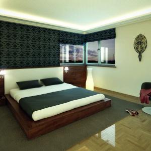 Zastosowana w sypialni drewniana płyta szczytowa za zagłówkiem pozwoliła na zamontowanie dyskretnych lampek nocnych i niewielkich szafek. Fot. Biuro Projektów MTM