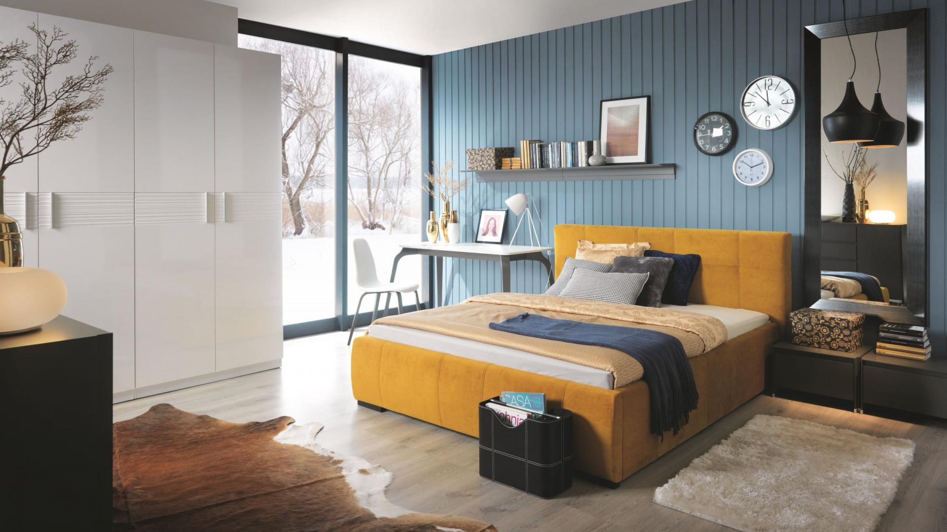 Sypialnia Carlet kusi perspektywą udanego wypoczynku oraz wyjątkową kolorystyką łóżka w wykończonego tkaniną w modnym musztardowym odcieniu. Fot. Black Red White
