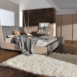 Meble do sypialni Romance wykonane są w naturalnej okleinie dębowej w wybarwieniu dąb white. W zestawie: łóżko, szafy, komody, biurko, toaletka, puf, lustro, gazetownik. Fot. Paged