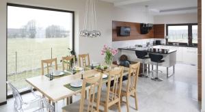 Kuchnia otwarta na salon to dość często stosowane rozwiązanie. Sprawdzi się zarówno w małym, jak i w dużym wnętrzu.
