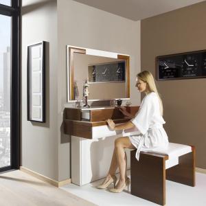 Sypialnia w stylu glamour: toaletka Verano. Fot. Mebin