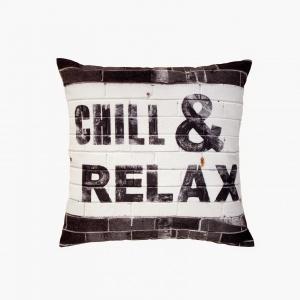 Propozycja dla miłośników designerskich dekoracji. Ozdobiona modnym nadrukiem poduszka CHILL & RELAX podkreśli charakter kącika relaksu. 43x43 cm, 143 zł. Fot. HK Living
