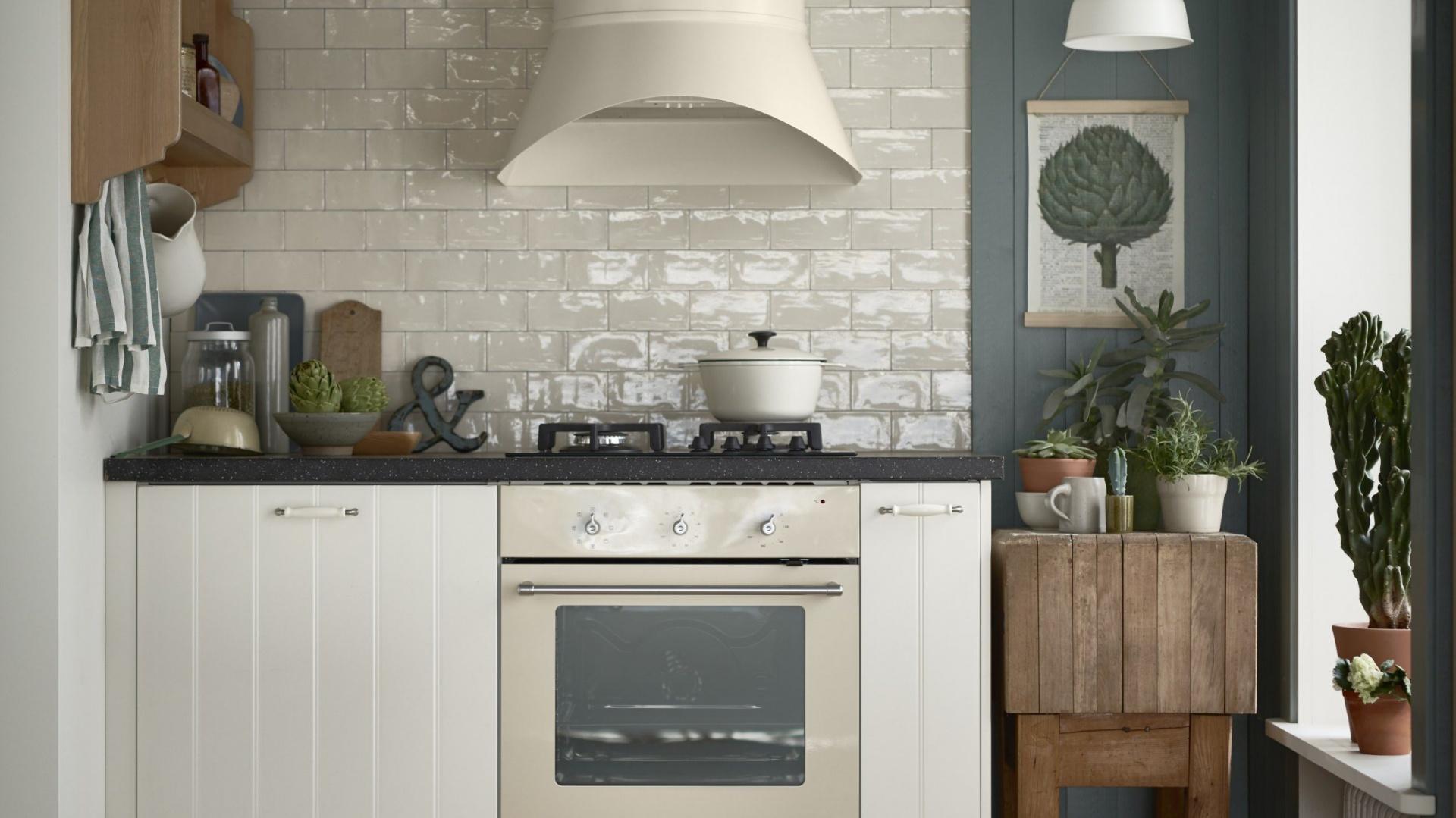Wyjątkowy klimat skandynawskiej kuchni podkreślą piekarnik i montowany do ściany okap TJÄNLIG. Unikalny wygląd to zasługa stylowego designu oraz wykończenia w kolorze złamanej bieli. 1.299 zł/okap, piekarnik 899 zł/piekarnik. Fot. IKEA