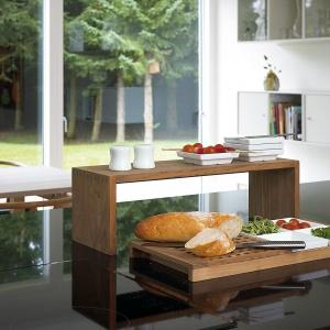 Akcesoria kuchenne z naturalnego drewna. Fot. Skagerak