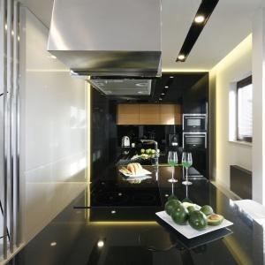 Wykonana z granitu stanowi centrum kuchni: ze zlewozmywakiem, płytą grzejną i zawieszonym nad nią okapem. Fot. Bartosz Jarosz