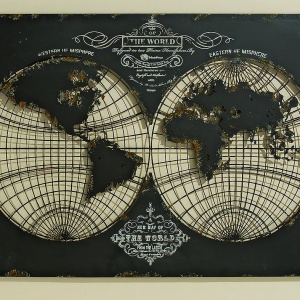 W mieszkaniu podróżnika nie może zabraknąć mapy świata. OBRAZ METALOWY KULA ZIEMSKA w kolorze antycznego brązu utrzymany jest w stylistyce vintage. Wymiary 70x100 cm, 399 zł. Fot. Dekoracja Domu