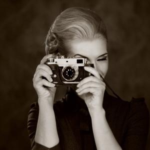 Piękną grafikę w sepii WOMAN IN CLASSIC DRESS WITH RETRO CAMERA można zamówić wydrukowaną w formie naklejki jak i fototapety. Od 89 zł/m². Fot. Living Style