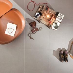 Matowa powierzchnia płytek podłogowych z kolekcji INTREO w połączeniu z dużym formatem (od 30x60 do 60x120 cm) tworzy jednolite tło dla wyrazistych, ekstrawaganckich aranżacji. Cztery kolory: biały, srebrny, grafitowy, czarny. Od 83,64 do 110,70 zł/m². Fot. Ceramika Paradyż