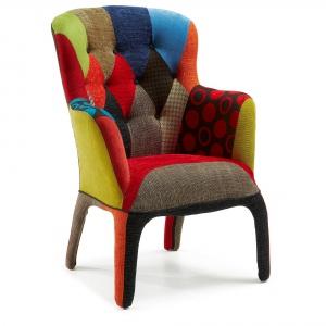 Wyjątkowy fotel Adelfa w kolorowy patchwork z tapicerowanymi nogami zapewni wnętrzu przytulny klimat. 2.792 zł. Fot. La Forma