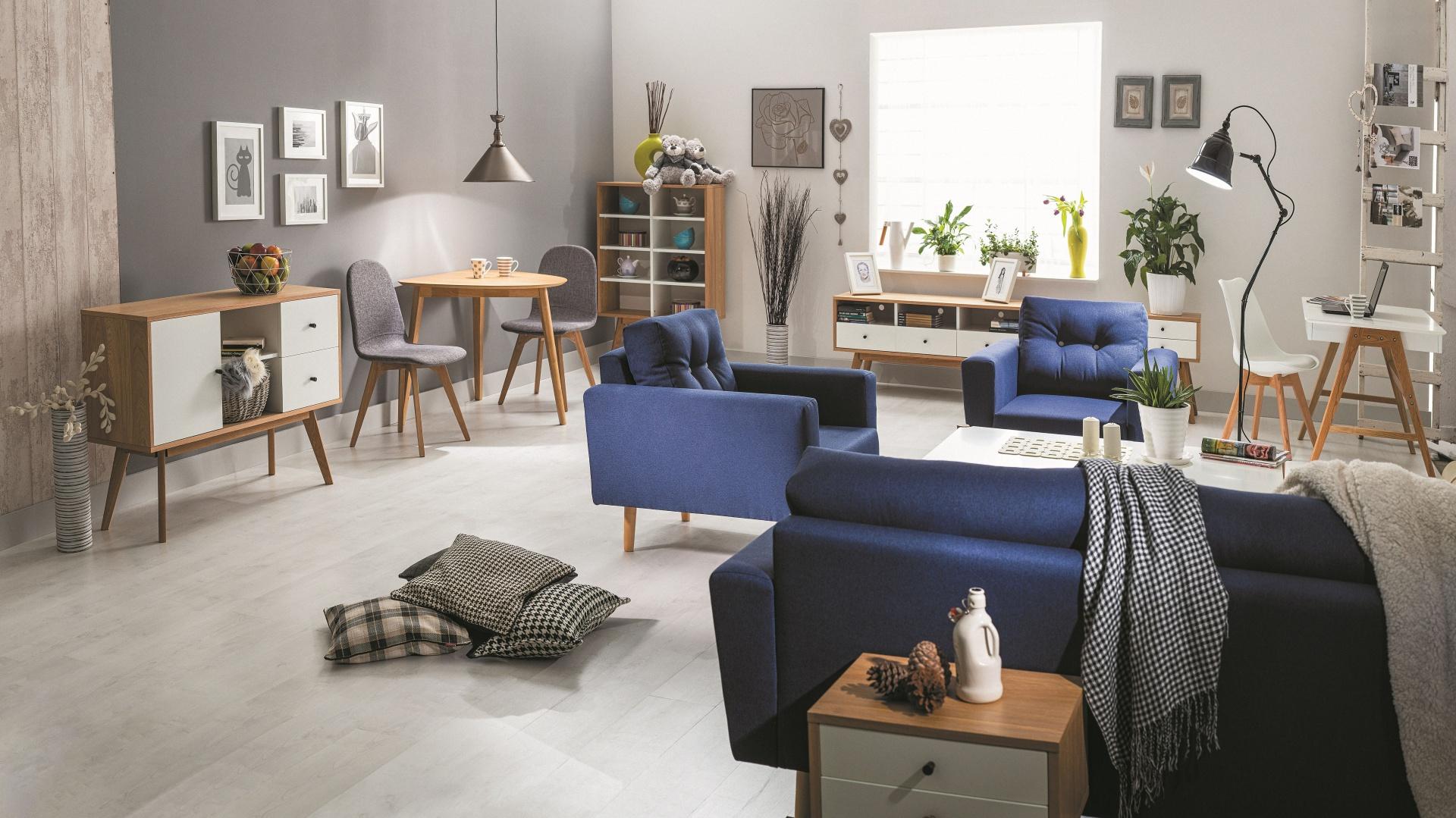 Okazałe fotele CAMERON I na drewnianych nogach są tapicerowane tkaniną w jednym z 5 modnych kolorów, w tym granatowym. 847 zł. Fot. Signal