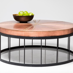 stolik kawowy RIVET z ozdobionym dżetami blatem zostały wykończone w najmodniejszym odcieniu miedzi. 4.389 zł/szt. Fot. Kare Design