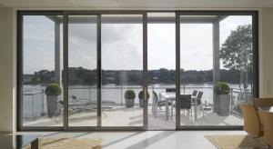 Jasne i otwarte przestrzenie są znakiem rozpoznawczym współczesnej architektury. Wybór drzwi przesuwnych, które majądługość nawet kilkunastu metrów, to sposób na wpuszczenie większej ilości słońcado wnętrz, a także gwarancja stworzeni