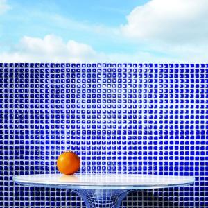 Połyskująca mozaika ścienna Barcelona 7A, złożona jest z małych kwadratów o głębokim turkusowym odcieniu. Fot. Grupa Tubądzin