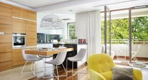 120-metrowe mieszkanie miało tradycyjny układ przestrzenny, z dużą ilością ciągów komunikacyjnych. Po zmianach powstała otwarta przestrzeń z towarzyszącą jej kuchnią.