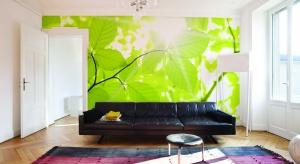 Zieleń i powrót do natury to aktualnie mocny trend w wystroju wnętrz. Szmaragdowe lub miętowe ściany, roślinne wzory dopełnione drewnem. Stwórz ogród w swoim salonie.