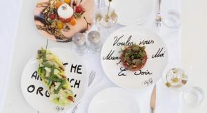Ten odważny i barwny styl artysty można podziwiać we wnętrzach i na stołach topowej restauracji L'Opéra w Saint-Tropez.<br /><br /><br />