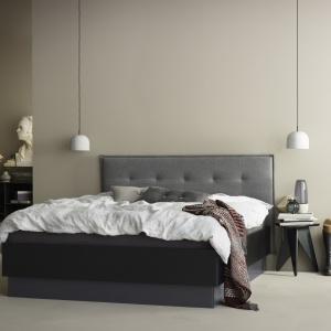 Łóżko ze schowkiem LUGANO z podnoszonym materacem i stelażem dostępne jest w tkaninach i skórach. 5.908 zł. Fot. BoConcept