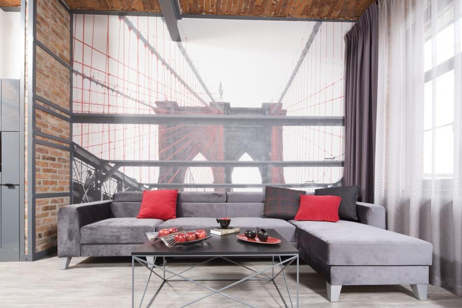 Ścianę w salonie zdobi fototapeta z motywem słynnego mostu Brooklińskiego, która dodała wnętrzu głębi. Projekt: Małgorzata Chabzda. Fot. Bartosz Jarosz
